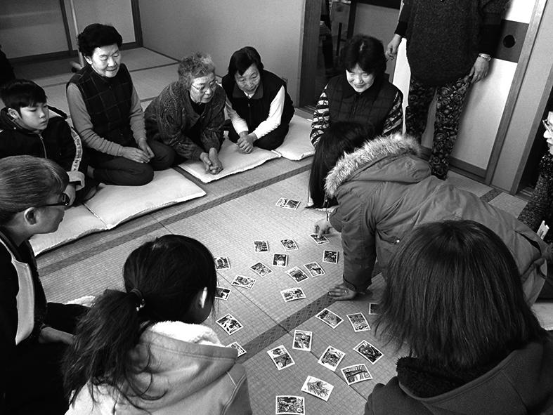 正月のカルタ大会は、老若男女が参加。勝った子どもは大喜び