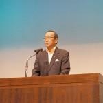 シンポジウムで挨拶する、松井一實広島市長